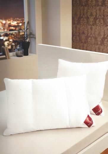 Cleanofit, kussen, 3 kamers: 1 uitneembare binnenkamer, 2 buitenkamers, vulling: buitenkamers Lavasan 100% polyesther (met polyurethaansticks) binnenkamer met Rombo-fill polyurethaan sticks, tijk: satijn (TC 380) van 100% mako-katoenen, met ritssluiting, binnenkamer aanpasbare stevigheid, reinigen: beide delen los wasbaar op 60 °C, merk:Brinkhaus (Duitsland)