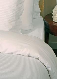 Felice (dekbedovertrek van 100% percal katoen (wit), met ingeweven streepje (sand), garen geverfd, deco knopen) Yellow Supreme